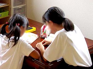 青少年等ボランティア福祉体験学習生と室内での様子