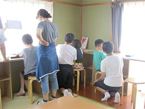 青少年等ボランティア福祉体験学習生と学習支援の様子